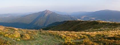 Route pierreuse en montagnes Images libres de droits