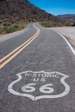 Route 66 pintó la muestra en el camino Imagen de archivo
