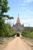 Route poussiéreuse au temple dans Bagan Images libres de droits