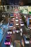 Route principale à Bangkok dans l'embouteillage nocturne avec des voitures Images libres de droits
