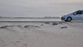 Route principale de transport - côte large de plage de sable faisant face à l'Océan Atlantique banque de vidéos