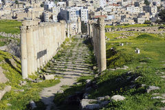 Route principale du sud dans Jerash. Photos stock