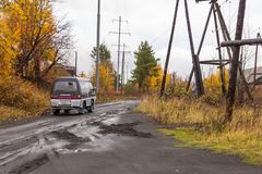 Route principale et arénacée dans le petit village en péninsule de Kamchatka, Kozyriewsk, Russie photos libres de droits