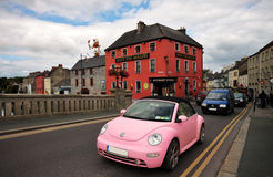 Route principale et bar dans Kilkenny du centre, Irlande Photo stock