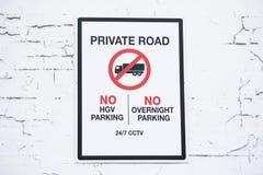 Route privée aucun stationnement durant la nuit et aucun véhicules utilitaires photo libre de droits