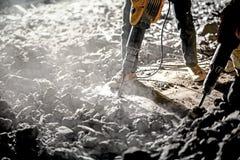 Route réparant des travaux avec le marteau piqueur Photos stock