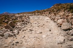 Route rocheuse d'Altiplano de gravier en Bolivie Photographie stock libre de droits
