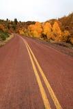 Route rouge dans le paysage d'automne Image libre de droits