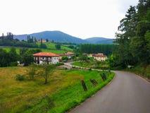 Route rurale à un petit village au milieu du champ Paladin, A photographie stock libre de droits