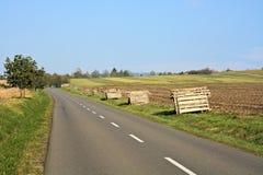 Route rurale avec les barrières préparées de neige image libre de droits