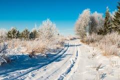 Route rurale dans la neige profonde d'hiver images stock