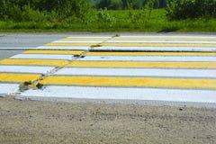 Route rurale des dalles en béton Passage pour piétons au-dessus d'une route bétonnée Rayures blanches et jaunes sur la route photo libre de droits