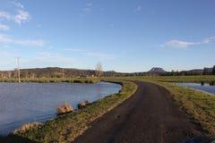 Route rurale par l'eau Image stock