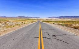 Route sans fin dans le désert, Etats-Unis Photo stock