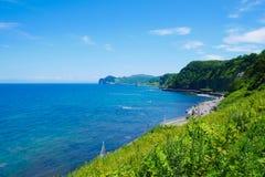 Route scénique de bord de la mer de beau fond avec le jour ensoleillé de ciel bleu le chemin vers Otaru, Hokkaido Japon photo libre de droits