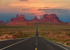Route scénique en parc tribal de vallée de monument en frontière du l'Arizona-Utah, U S a Au coucher du soleil image stock