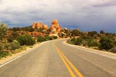 Route scénique par des voûtes parc national, Utah, Etats-Unis Image stock
