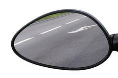Route se reflétante de miroir de vue arrière, partie latérale de côté gauche, macro plan rapproché, réflexion de fond d'asphalte  Photos stock