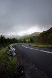 Route se tournant en descendant vers la droite -- Les Açores, sao Miguel Island Images stock