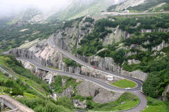 Route serpentine dans les Alpes images libres de droits