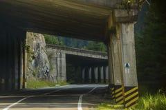 Route serpentine dans les montagnes de la Roumanie Image stock
