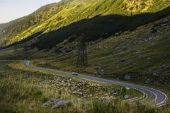 Route serpentine dans les montagnes de la Roumanie Image libre de droits