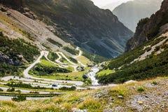 Route serpentine de montagne dans les Alpes italiens, passage de Stelvio, Passo De Image stock