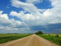 Route simple et beau ciel nuageux, Lithuanie Photos libres de droits