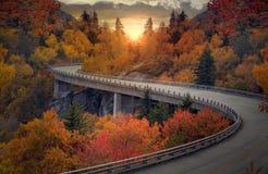 Route sinueuse d'automne image libre de droits