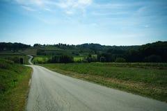 Route sinueuse par des collines Photo stock