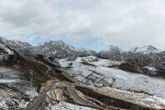 Route sinueuse sous la montagne de neige Image stock