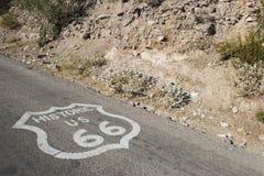 Route 66 sköld i Oatman USA Royaltyfri Fotografi