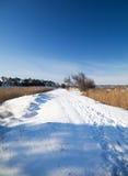 Route Snow-covered avec des traces des gens Photographie stock libre de droits