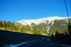 Route sous la montagne de neige photographie stock libre de droits
