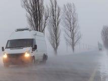 Route sous la tempête de neige photo stock