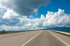 Route sous le ciel Photos libres de droits