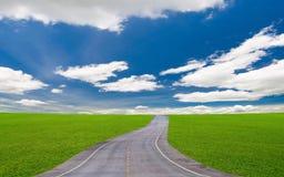 Route sous le ciel bleu photo libre de droits