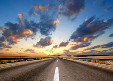 Route sous le ciel nuageux Image libre de droits