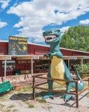 Route 66: Sta för Grand Canyon grotta- och tyrannosarierex (t-rex) Royaltyfri Bild