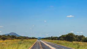 Route sud-africaine par les savannas et les déserts avec l'inscription photographie stock libre de droits