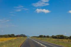 Route sud-africaine par les savannas et les déserts avec l'inscription photos libres de droits