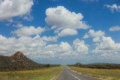 Route sud-africaine par les savannas et les déserts avec l'inscription image stock