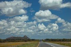Route sud-africaine par les savannas et les déserts avec l'inscription illustration stock