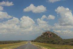 Route sud-africaine par les savannas et les déserts avec l'inscription photo stock