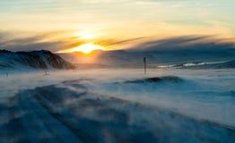 Route sur l'Islande pendant l'horaire d'hiver Photos stock