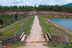 Route sur le barrage de l'eau Photos libres de droits