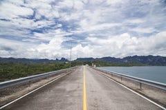 Route sur le beau barrage photo libre de droits