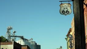 Route 66 svängande tecken- och gaspumpar arkivfilmer