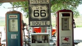 Route 66 svängande tecken- och gaspumpar stock video