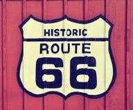 Route 66 tecken med träbakgrund Royaltyfri Fotografi
